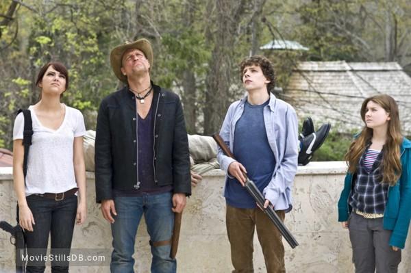 Zombieland - Publicity still of Woody Harrelson, Jesse Eisenberg, Abigail Breslin & Emma Stone