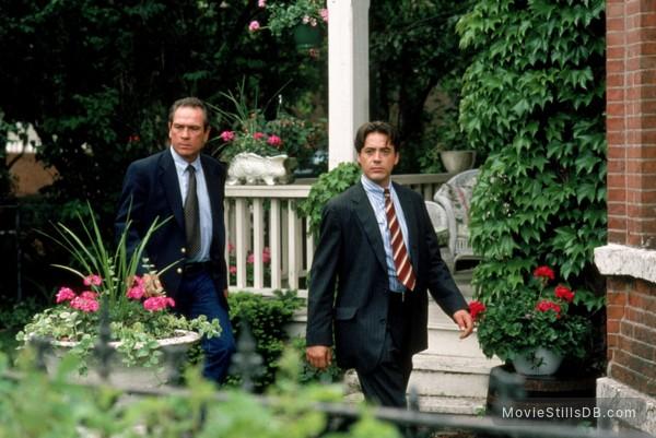 US Marshals - Publicity still of Tommy Lee Jones & Robert Downey Jr.