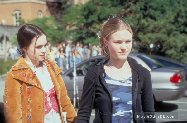 10 Things I Hate About You - Publicity still of Julia Stiles & Susan May Pratt