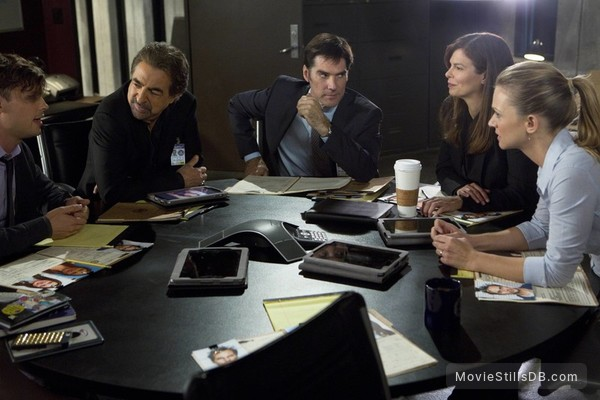 Criminal Minds - Publicity still of Jeanne Tripplehorn, Joe Mantegna, Thomas Gibson, A.J. Cook & Matthew Gray Gubler