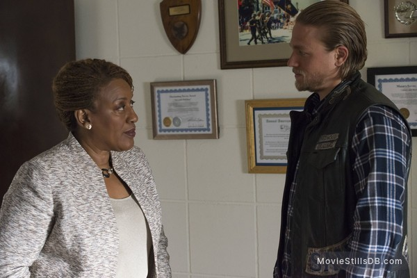 Sons of Anarchy - Publicity still of CCH Pounder & Charlie Hunnam