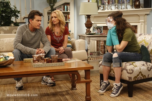Anger Management - Publicity still of Charlie Sheen, Shawnee Smith & Daniela Bobadilla