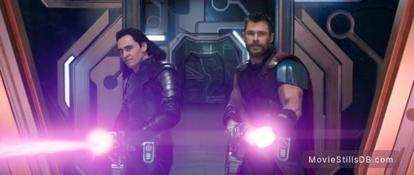 Thor: Ragnarok - Publicity still of Tom Hiddleston & Chris Hemsworth