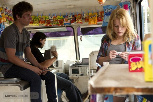 Shameless - Publicity still of Steve Howey, Jeremy Allen White & Laura Slade Wiggins