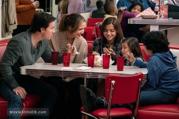 Instant Family - Publicity still of Mark Wahlberg, Rose Byrne, Isabela Moner, Gustavo Quiroz & Julianna Gamiz
