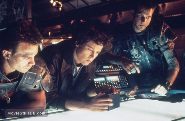 Aliens - Publicity still of Sigourney Weaver, Michael Biehn & Bill Paxton