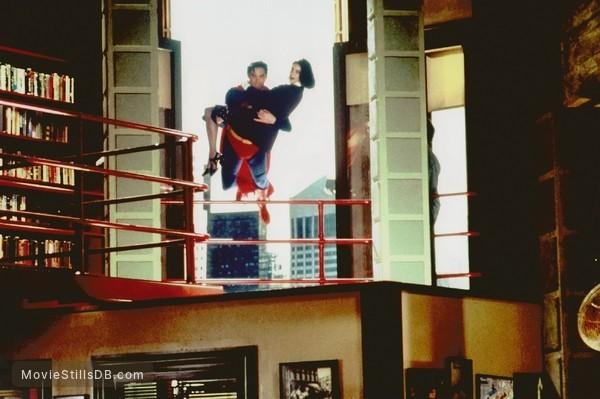 Lois & Clark: The New Adventures of Superman - Publicity still of Dean Cain & Teri Hatcher