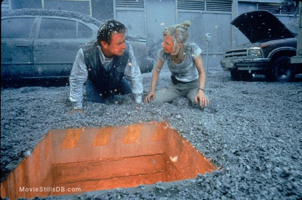 Volcano - Publicity still of Tommy Lee Jones & Anne Heche