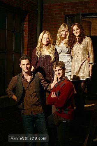 Gossip Girl - Publicity still of Blake Lively, Taylor Momsen, Penn Badgley, Leighton Meester & Connor Paolo