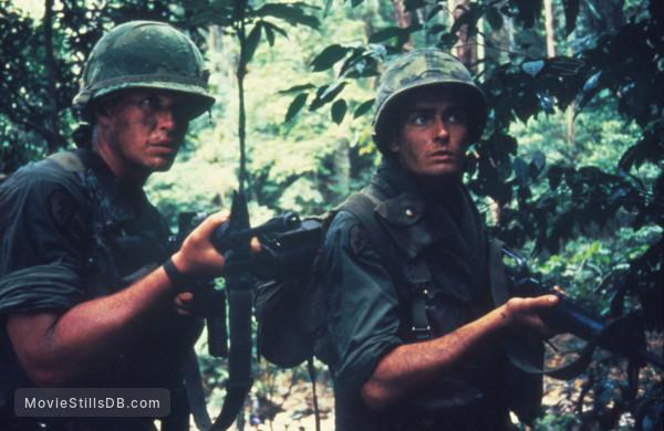 Platoon - Publicity still of Tom Berenger & Charlie Sheen