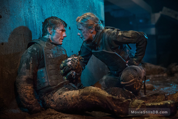 Edge of Tomorrow - Publicity still of Tom Cruise & Emily Blunt
