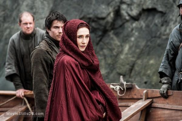 Game of Thrones - Publicity still of Carice van Houten & Joe Dempsie