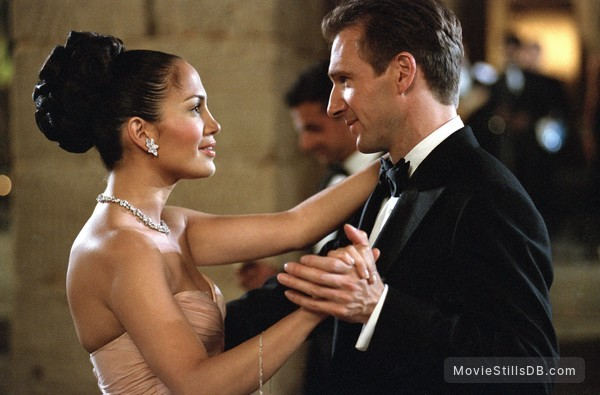 Maid in Manhattan - Publicity still of Ralph Fiennes & Jennifer Lopez