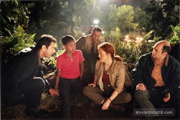 The Lost World: Jurassic Park - Publicity still of Julianne Moore, Jeff Goldblum, Vince Vaughn, Arliss Howard & Vanessa Lee Chester