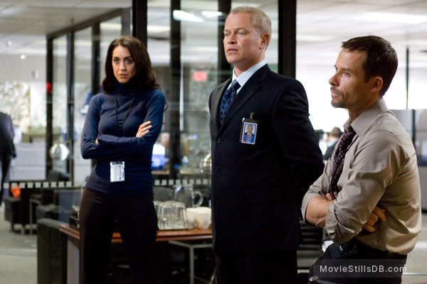 Traitor - Publicity still of Guy Pearce, Neal McDonough & Mozhan Marnò