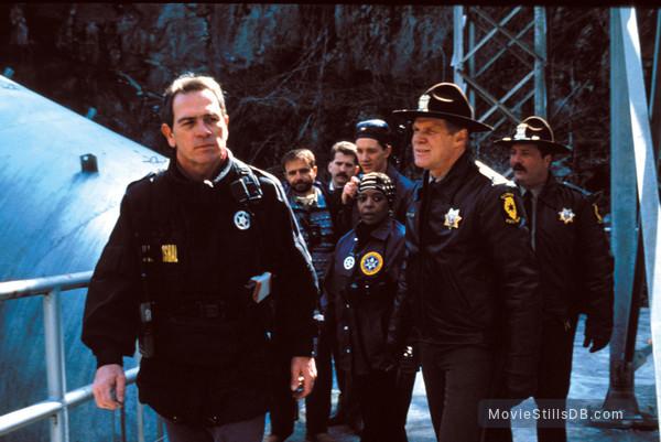 The Fugitive - Publicity still of Tommy Lee Jones, Joe Pantoliano, Daniel Roebuck, L. Scott Caldwell & Thomas Mills Woo