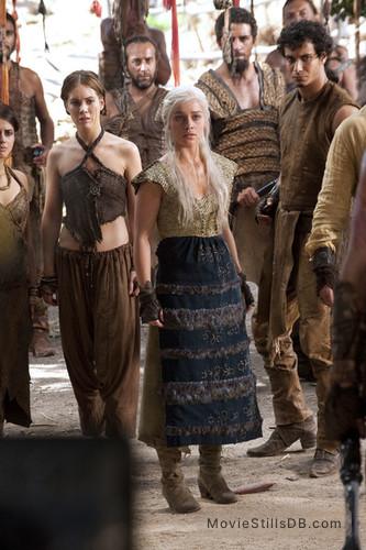 Game Of Thrones Episode 1x08 Publicity Still Of Emilia Clarke Elyes Gabel