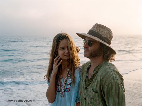 Inherent Vice - Publicity still of Joaquin Phoenix & Katherine Waterston